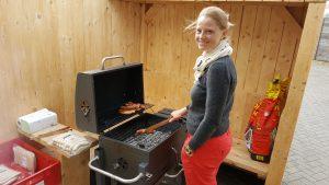 Während Katja eine feine Osnabrücker genießt, grillt Mareike weiter