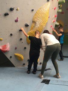 Carla gibt Hilfestellung beim Klettern