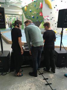 Julian erklärt die Arbeit eines DJ
