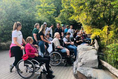 Tag im Zoo mit der jungen Pflege